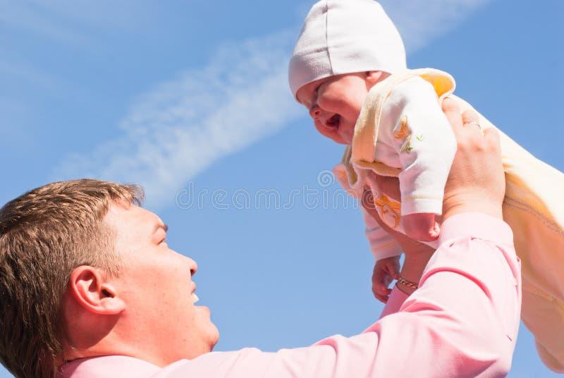 O pai feliz com a criança imagem de stock royalty free