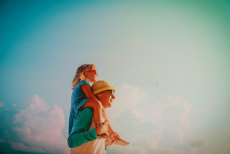 O pai feliz e a filha pequena jogam no céu fotos de stock royalty free