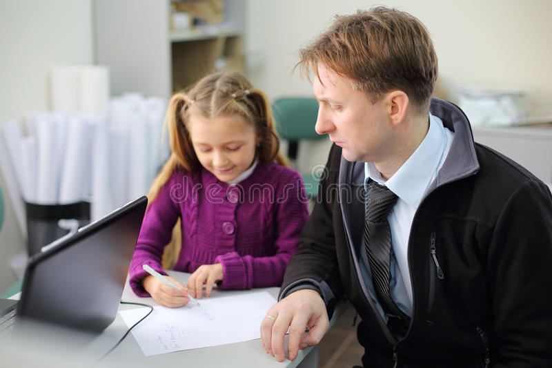 O pai sério olha sua imagem pequena do desenho da filha foto de stock royalty free