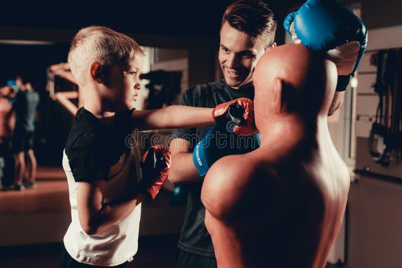 O pai And Son Boxing exercita o treinamento no Gym fotografia de stock royalty free