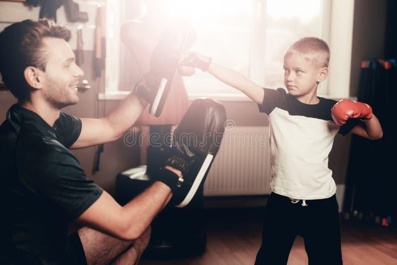 O pai And Son Boxing exercita o treinamento no Gym imagem de stock royalty free