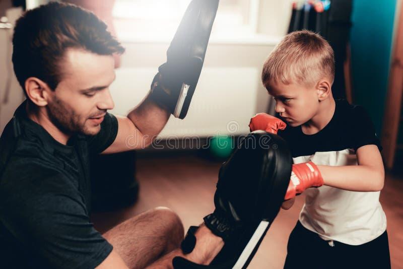 O pai And Son Boxing exercita o treinamento no Gym fotos de stock royalty free