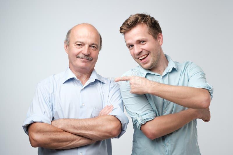 O pai superior é orgulhoso de seu filho maduro imagem de stock royalty free