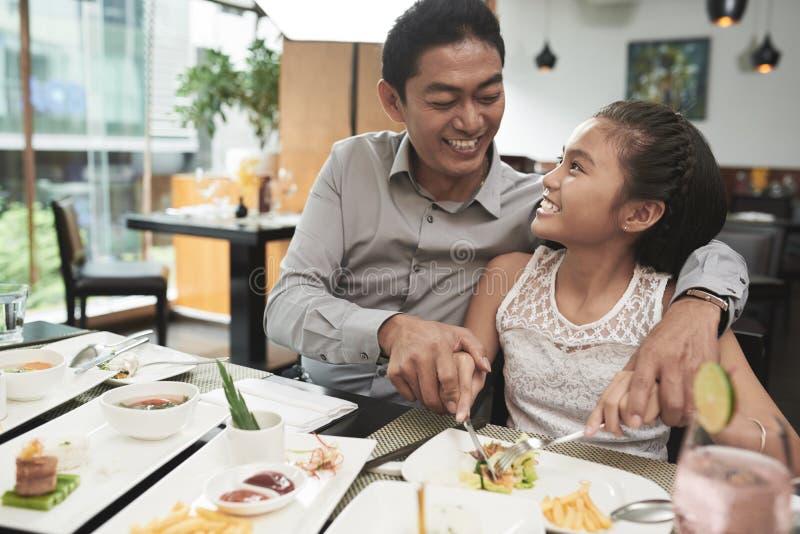 O pai tem o jantar com sua filha foto de stock