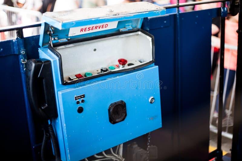 O painel de controle do bonde velho do teleférico Ponto de sistema azul velho do controlo do bonde do vintage A vista do interior imagens de stock royalty free