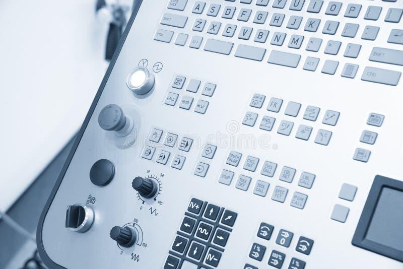 O painel de controlo da máquina de trituração do CNC no claro - cena azul foto de stock royalty free