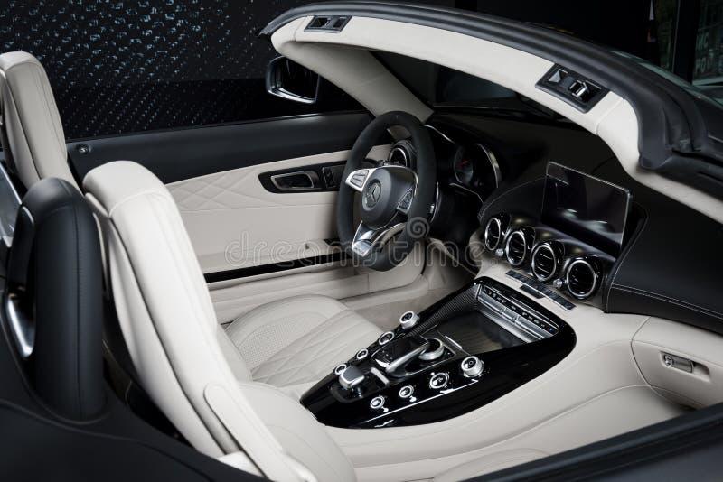 https://thumbs.dreamstime.com/b/o-painel-interior-do-couro-branco-de-mercedes-benz-gt-c-detalha-cabriolet-100637958.jpg