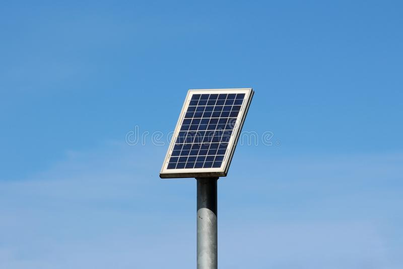 O painel solar pequeno montou altamente sobre o polo do metal foto de stock royalty free