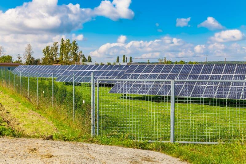 O painel solar produz a energia verde, a favor do meio ambiente do sol fotos de stock