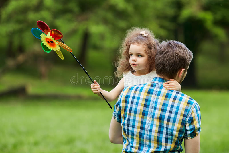 O paizinho e a criança estão andando no parque fotos de stock