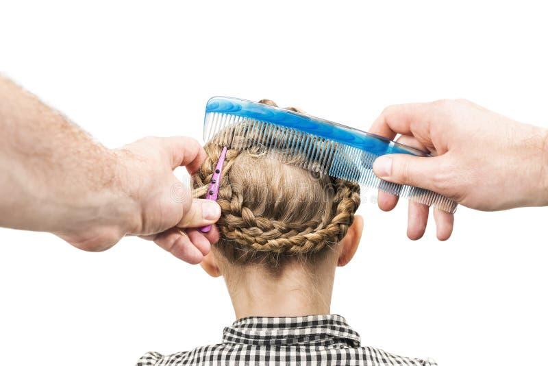 O paizinho faz o penteado da filha foto de stock royalty free