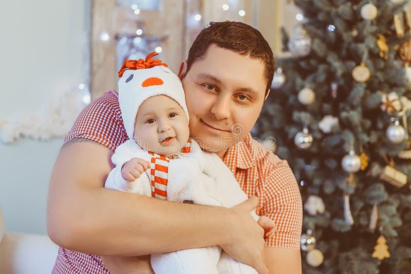 O paizinho loving guarda a filha do bebê Família feliz em imagens de stock
