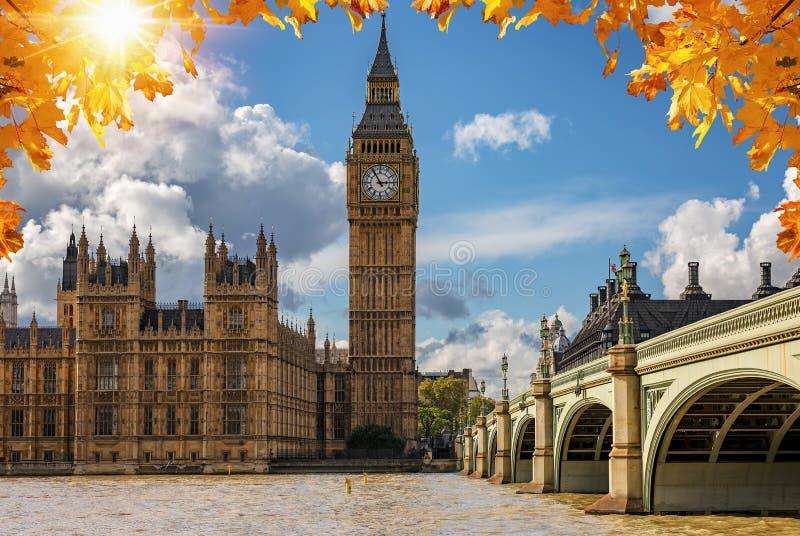 O palácio de Big Ben e de Westminster em Londres em um dia ensolarado do outono, Reino Unido imagem de stock