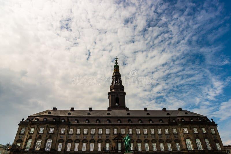 O palácio de Christiansborg em Copenhaga é o assento do parlamento dinamarquês imagem de stock royalty free