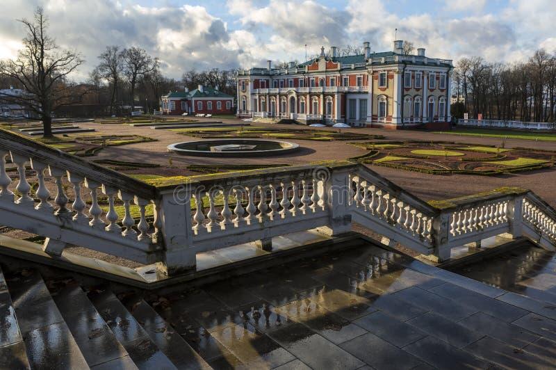 O palácio de Kadriorg é um palácio de Petrine Baroque construído para Catherine mim de Rússia por Peter o grande em Tallinn, Estô imagem de stock