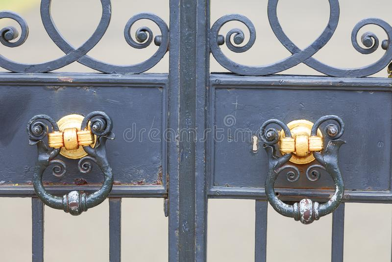 O palácio de Kensington ajustou-se em jardins de Kensington, porta decorativa, Londres, Reino Unido imagem de stock