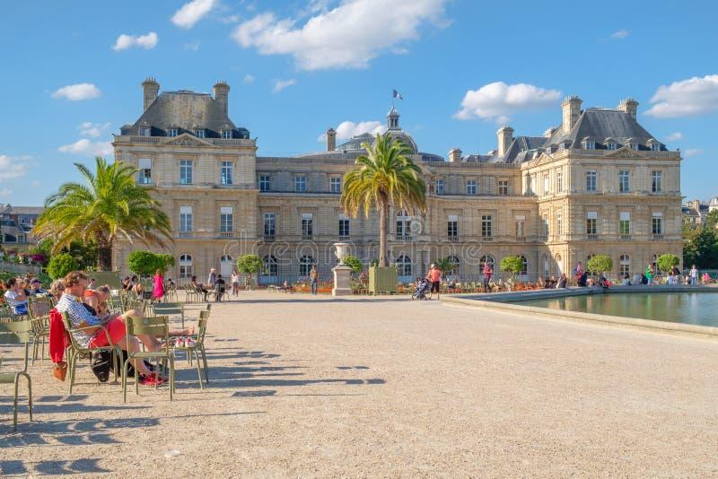 O palácio de Luxemburgo em um dia de verão bonito em Paris imagens de stock