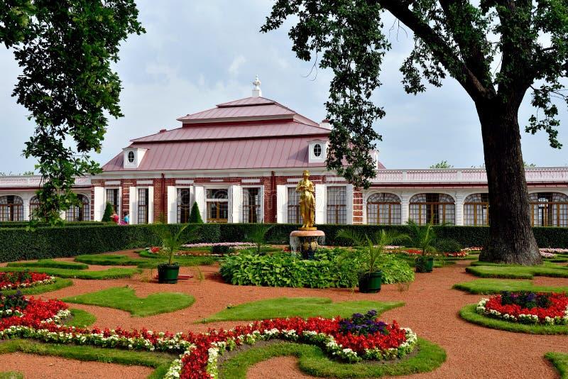 O palácio de Monplaisir no jardim mais baixo, Peterhof fotografia de stock