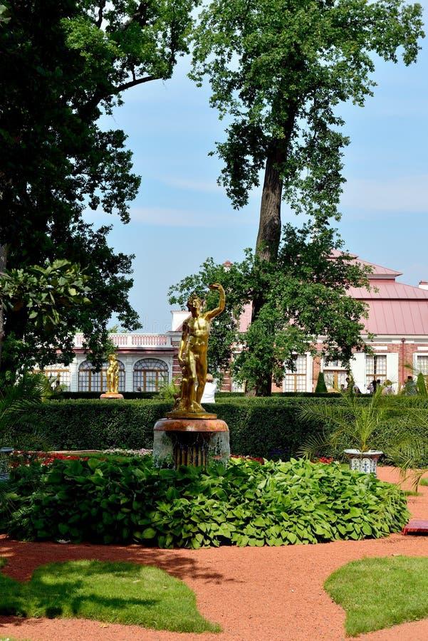 O palácio de Monplaisir no jardim mais baixo, Peterhof fotos de stock