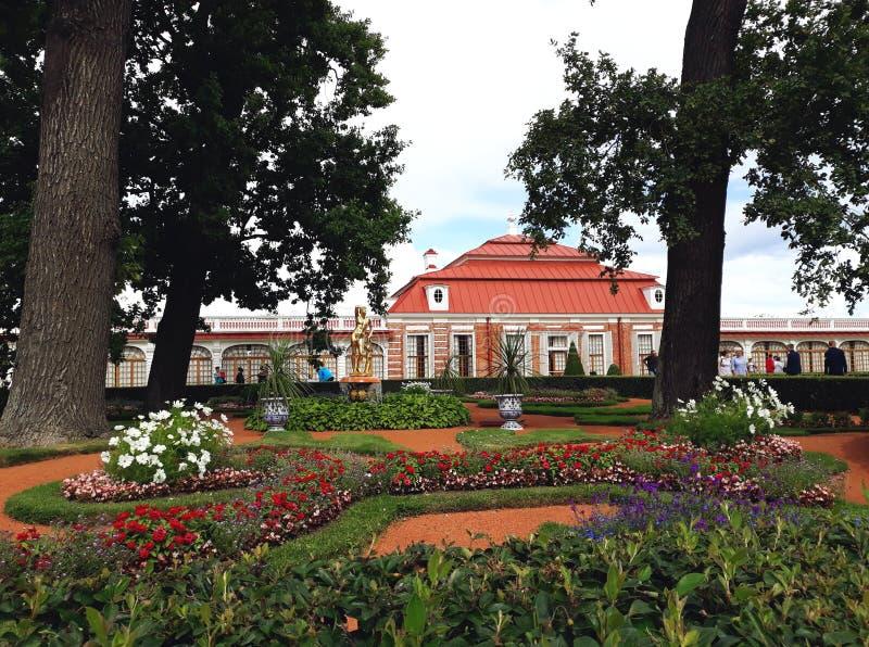 O palácio de Monplaisir no parque mais baixo de Peterhof fotografia de stock royalty free