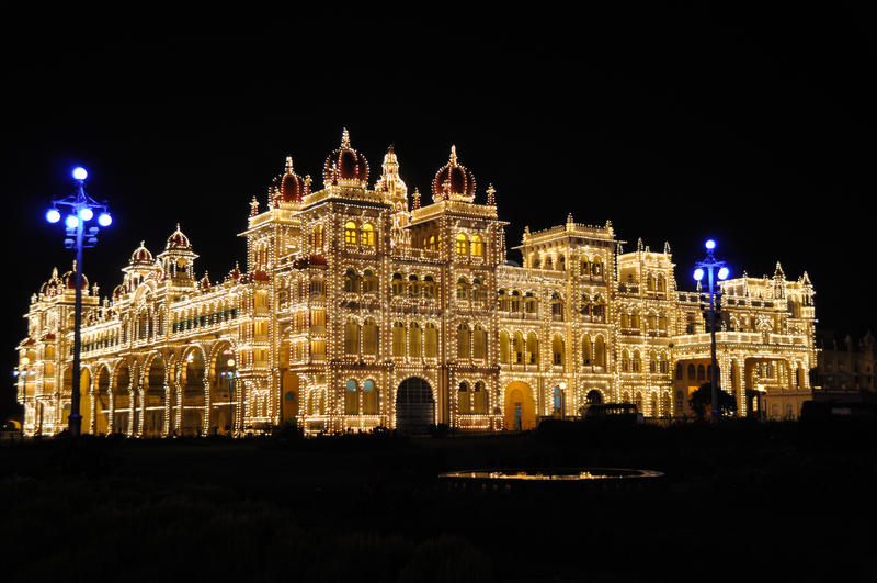 O palácio de Mysore na noite fotos de stock royalty free