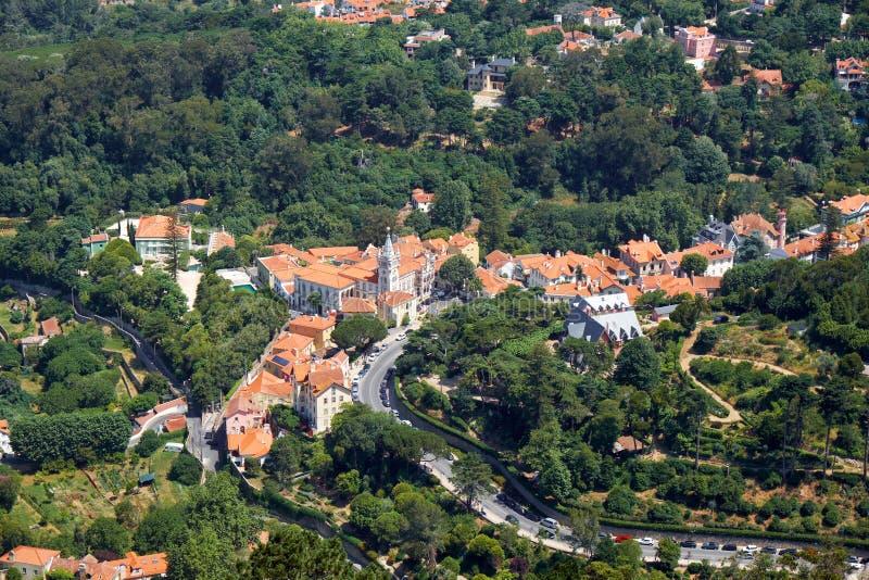 O palácio de Sintra como visto do castelo mouro na parte superior do monte Sintra portugal foto de stock royalty free
