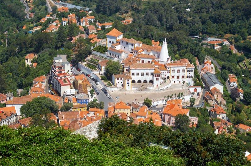 O palácio de Sintra como visto do castelo mouro na parte superior do monte Sintra portugal imagem de stock