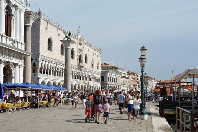 O palácio do doge no degli Schiavoni de Riva em Veneza - Itália foto de stock royalty free