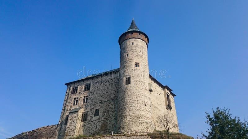 O palácio do grão-mestre da opinião do close-up dos cavaleiros Uma peça da parede medieval que cerca a cidade velha foto de stock
