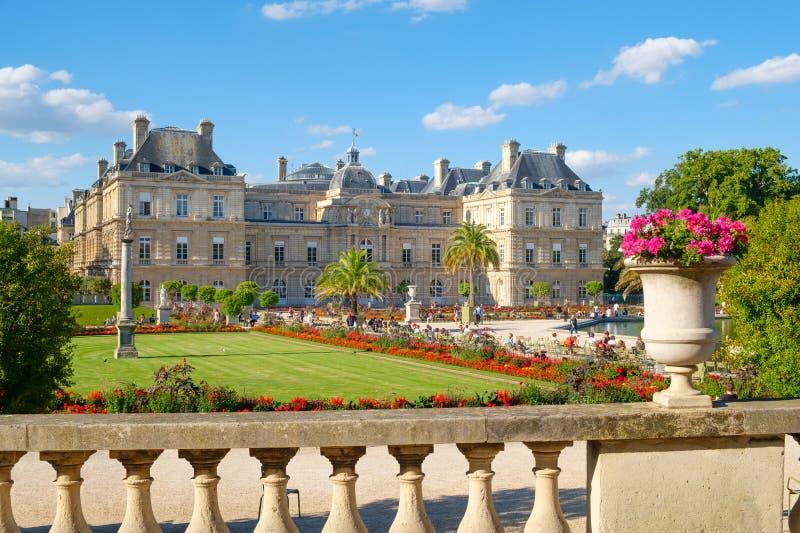 O palácio e os jardins de Luxemburgo em Paris fotos de stock royalty free