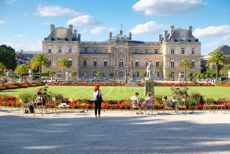 O palácio e os jardins de Luxemburgo em Paris fotografia de stock