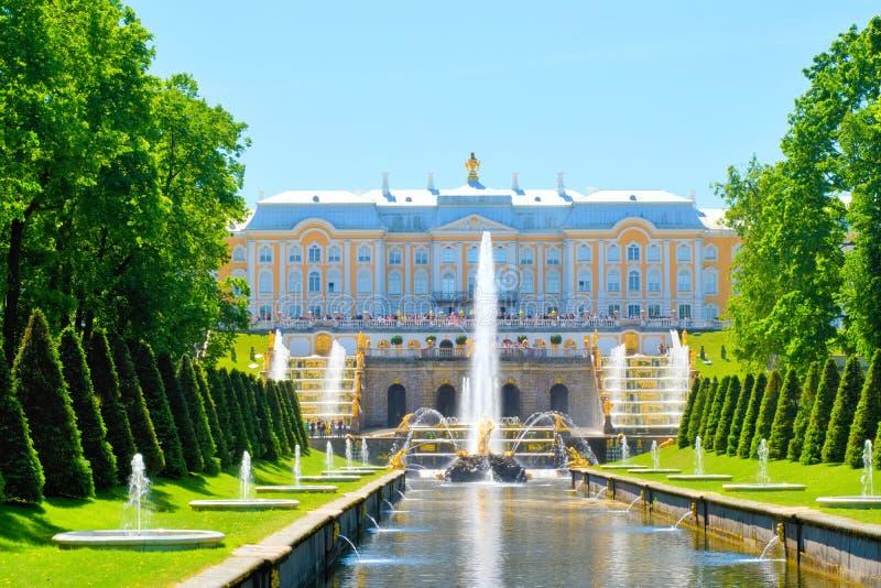 O palácio grande de Peterhof em Petrodvorets St Petersburg, Rússia fotos de stock