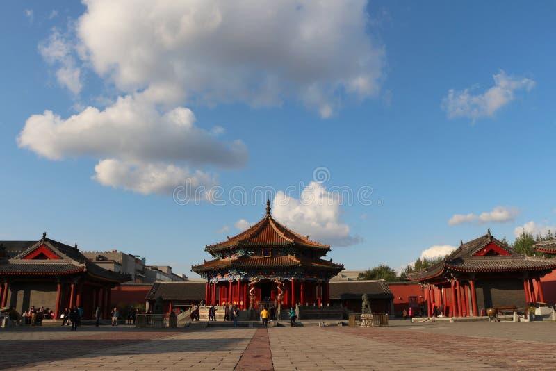 O palácio grande Salão do museu sob o céu azul, China do palácio de Shenyang fotos de stock