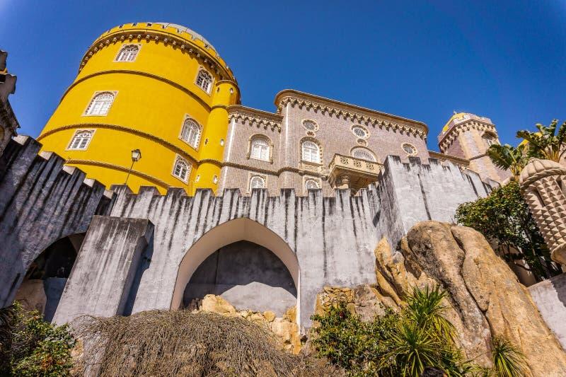O palácio impressionante a Dinamarca Pena sobre o monte, Sintra portugal foto de stock royalty free