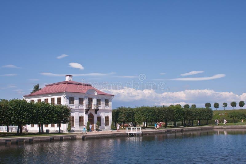 O palácio margoso. Peterhof, St Petersburg, Rússia imagens de stock