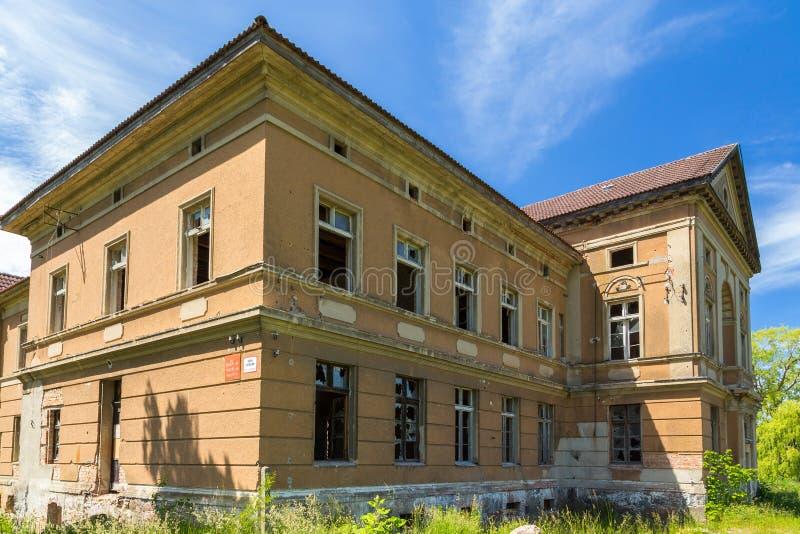 O palácio neoclássico em Zdrzewno Abandonado atualmente e devastado fotografia de stock