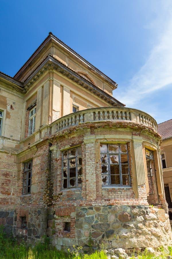 O palácio neoclássico em Zdrzewno Abandonado atualmente e devastado fotos de stock