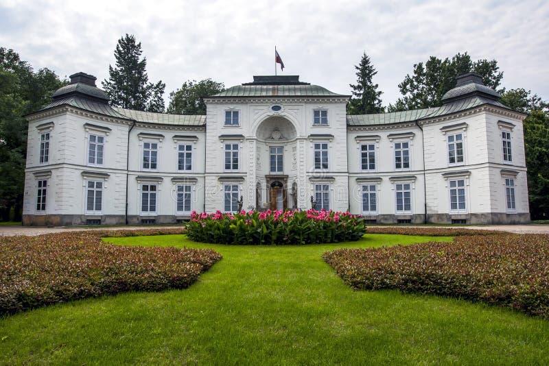 O palácio real de Myslewicki no parque de Lazienki em Varsóvia imagem de stock royalty free