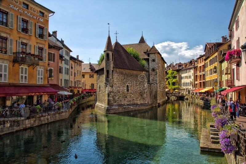 O Palais de l rio da ilha e do Thiou do ` em Annecy fotografia de stock royalty free