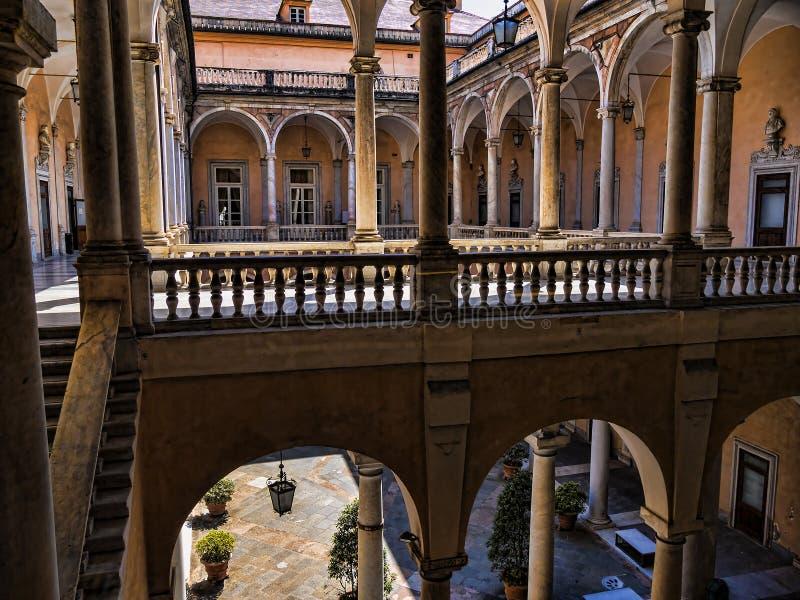 O Palazzos magnífico do através de Garibaldi em Genoa em Liguria Itália com suas coleções de arte maravilhosas fotografia de stock royalty free
