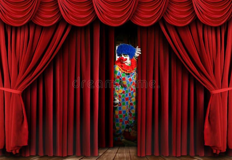 O palhaço assustador que olha através da cortina do estágio drapeja fotos de stock