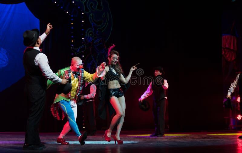 O palhaço e a noite dançarino-acrobática do sonho do showBaixi fotos de stock