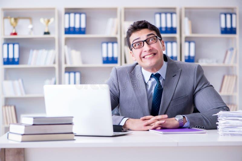 O palhaço engraçado do homem de negócios que actua parvo no escritório fotografia de stock