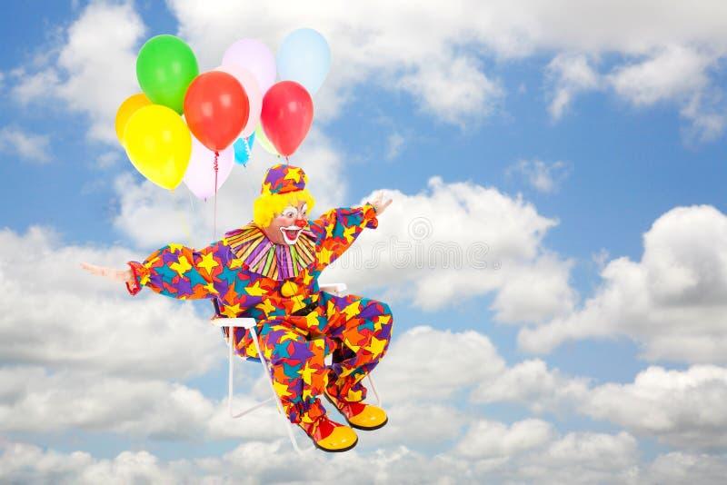 O palhaço voa através do céu imagens de stock royalty free