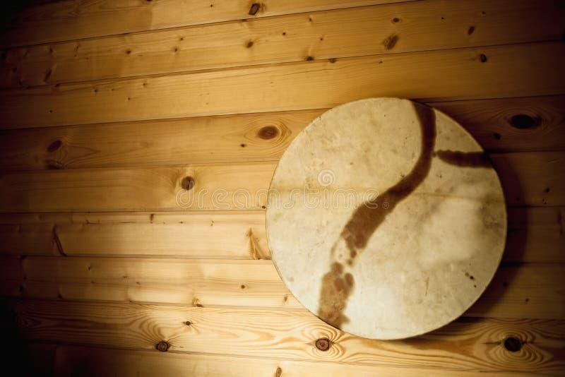 O pandeiro de madeira velho pendurou na parede branca fotografia de stock
