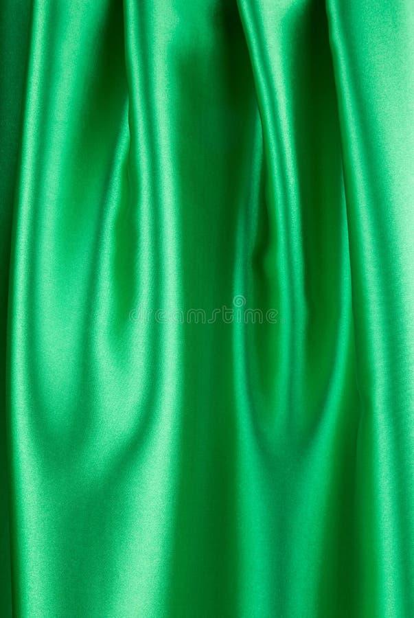O pano de seda verde com algum dobra-se foto de stock