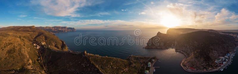 O panorama aéreo de Balaklava, penhascos da montanha de Crimeia entra dentro para latir no por do sol Paisagem bonita da natureza foto de stock royalty free
