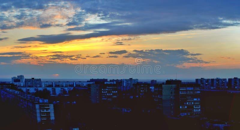 O panorama da cidade no fundo de um pôr do sol da primavera fotos de stock