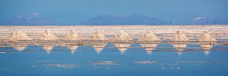 O panorama das pilhas do sal alinhou em planos de sal de Salar de Uyuni Uyuni, Potosi Bolívia fotos de stock