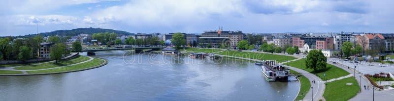O panorama de Cracow no Polônia, com Vistula River, Podwawelski constrói uma ponte sobre em maio de 2017 fotografia de stock royalty free